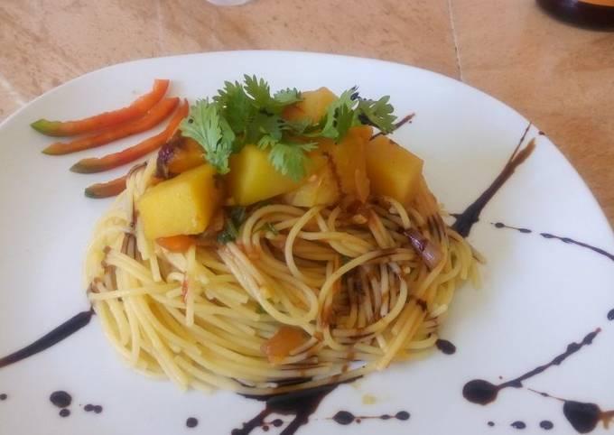 Garlic oil spaghetti with stewed potatoes
