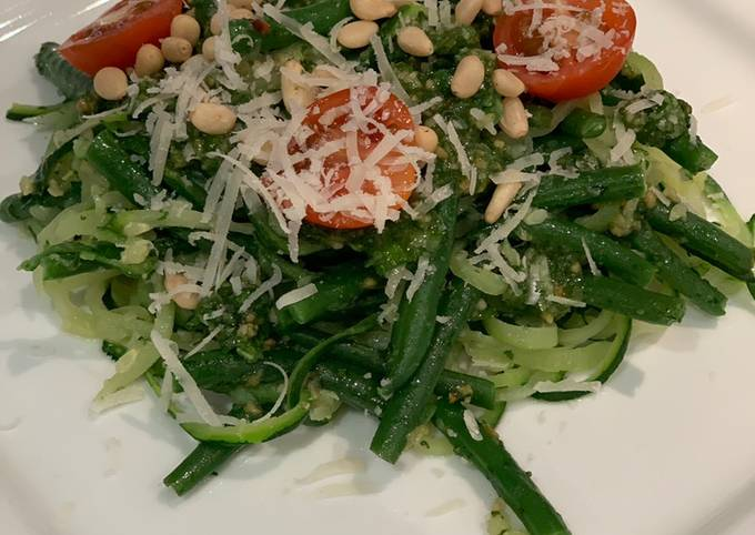 Courgetti with pesto and green beans