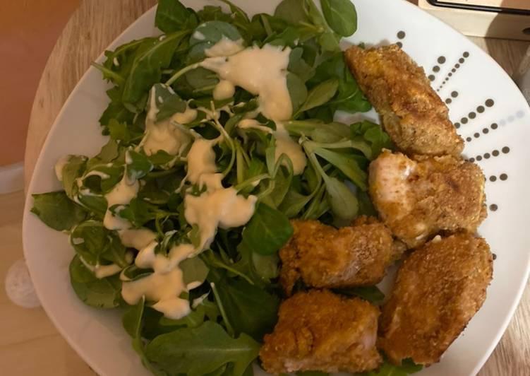 Salade et panes de poulet maison