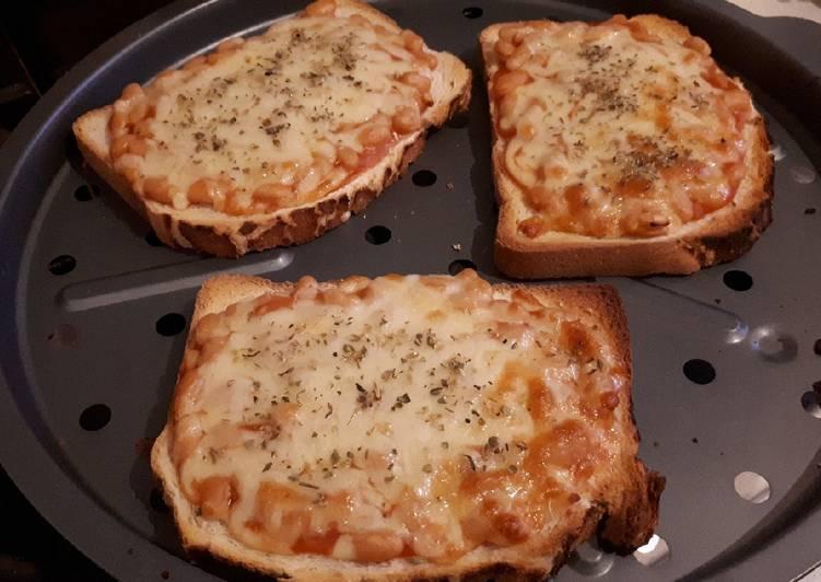 Tostada de judías en salsa de tomate y queso cheddar