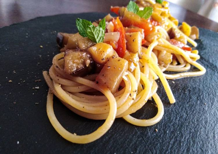 Spaghetti con melanzane, pomodorini e menta