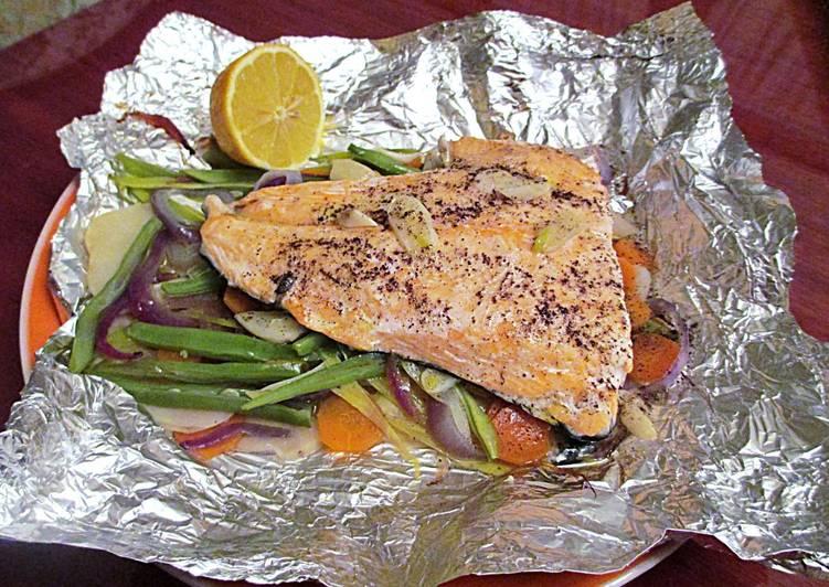 cocinar pescado envuelto en papel aluminio