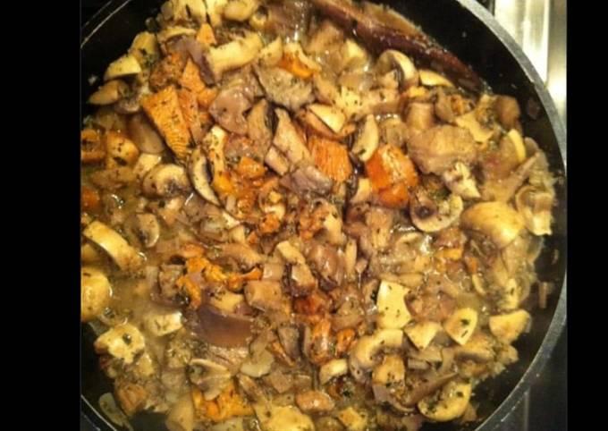 Poêlée de champignons frais (cèpes pieds de mouton girolles bolets et champignons de Paris)