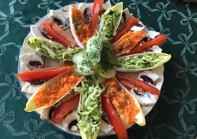 Salade «fleur» aux tomates endives courgettes concombre et champignons
