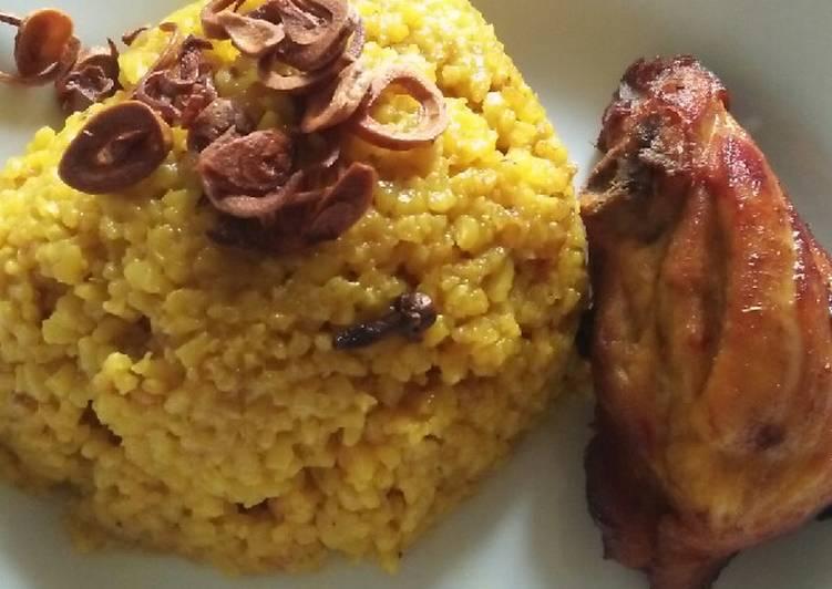 Nasi biryani campur ayam di rice cooker
