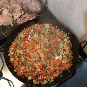 Bondiola de cerdo con salsa de mostaza y verduras