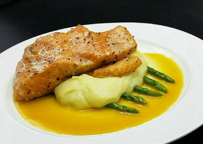 Seared salmon/mashed potatoes served with orange white wine sauc