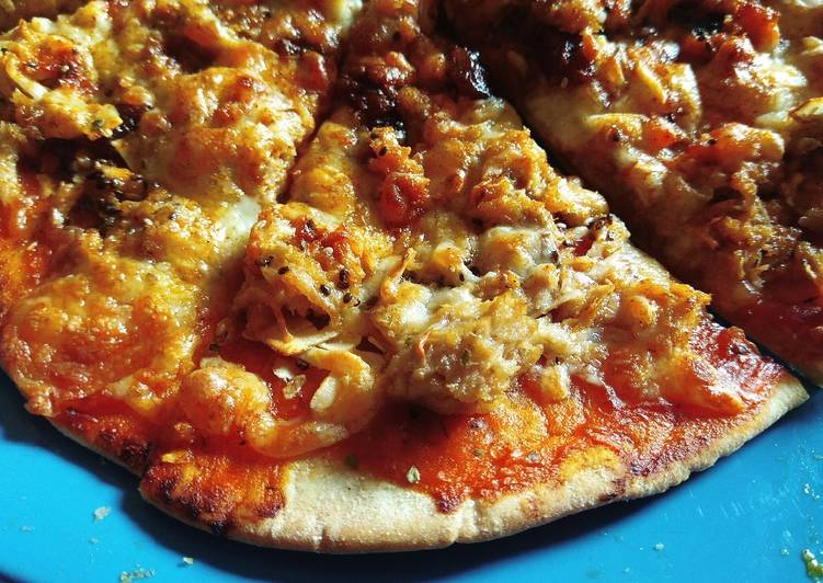 Pizza de atún con virutas de coco, chía y mozzarella