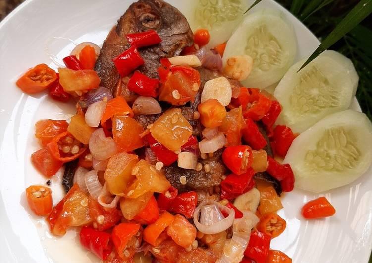 Ikan bawal goreng sambal dabu-dabu
