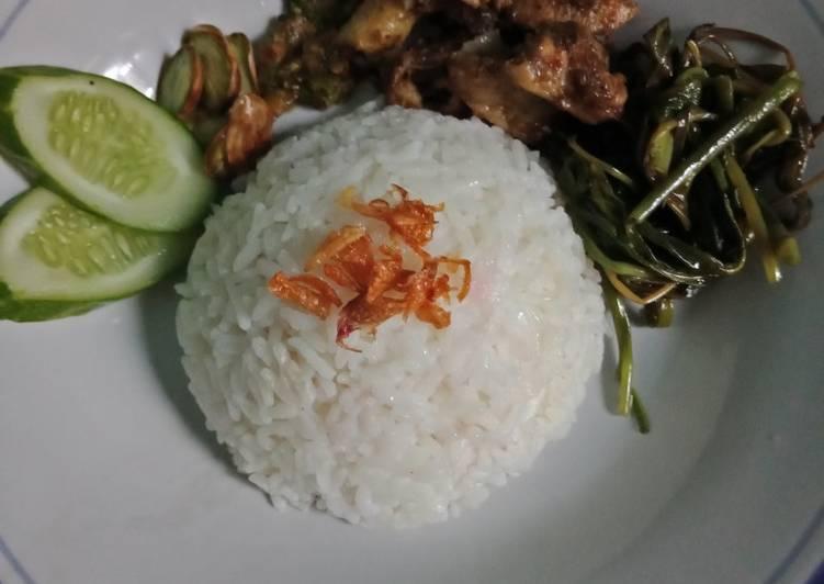 Nasi Uduk Magiccom,Tumis kangkung, Ayam goreng bumbu rawon