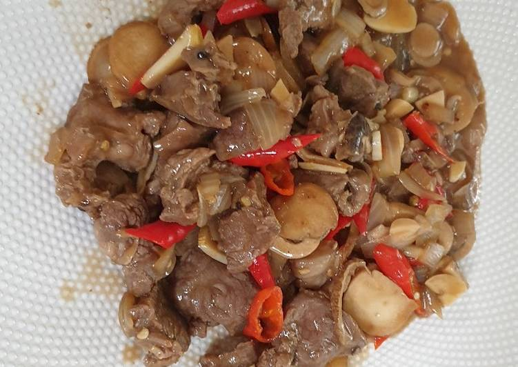 Sapi lada hitam dengan jamur champignon