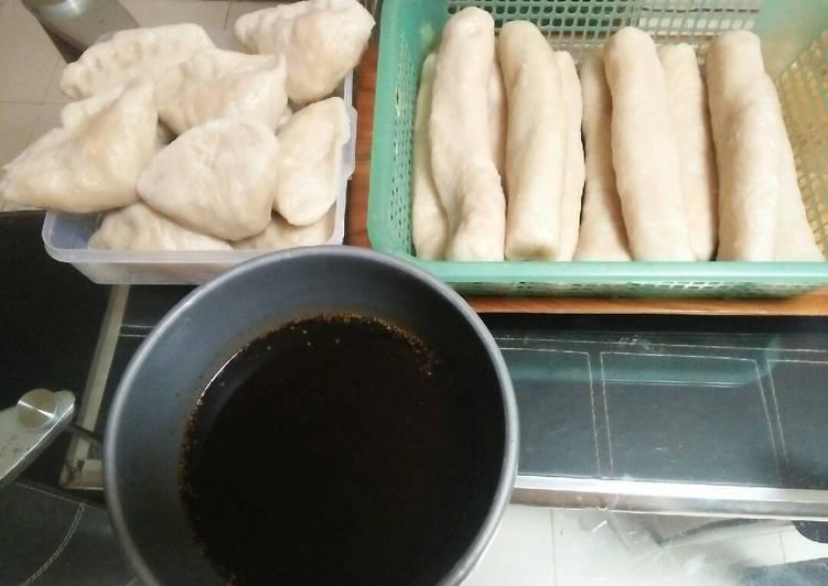 Pempek Kakap Super khas Palembang plus cuka itam pedas Maknyus