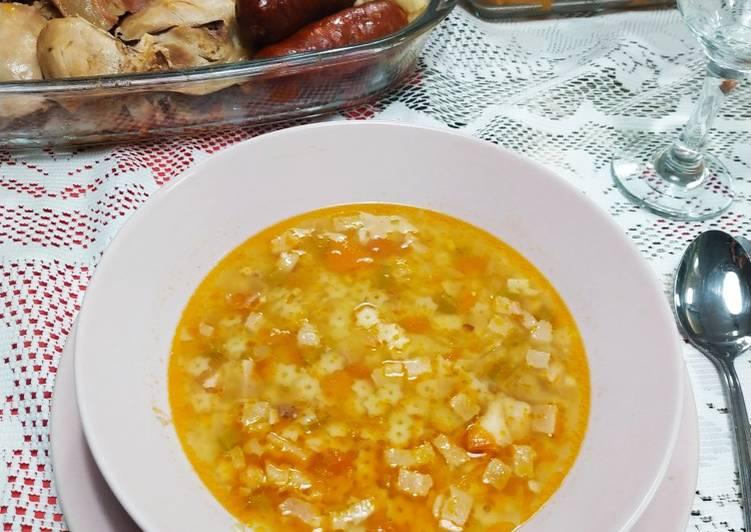 Sopa de fideos y panceta con caldo del puchero dominguero