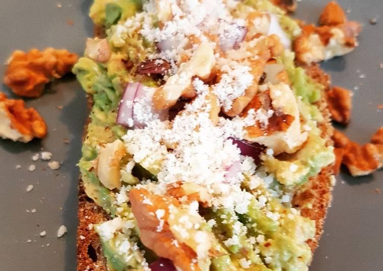 Avocado toast avec oignon rouge, des noix et un peu de parmesan