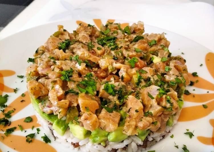 Tartar de salmón, arroz y aguacate