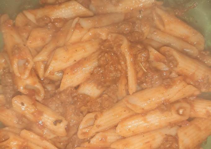 Tomato sauce and minced meat pasta