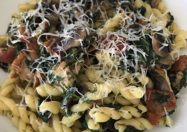 How to Cook Tasty Pasta with Spinach, Bacon and Mushrooms