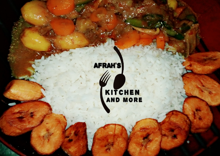 Vegetables chicken soup,white rice and fried plantain