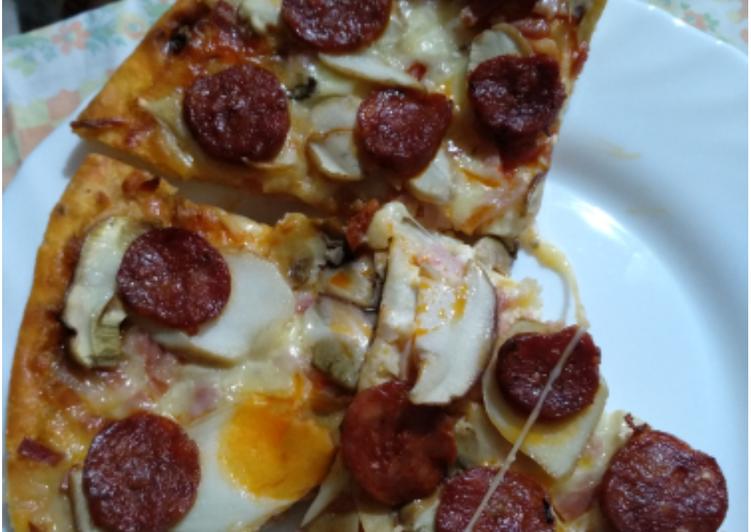 Pizza carbonara con chorizo y boletus