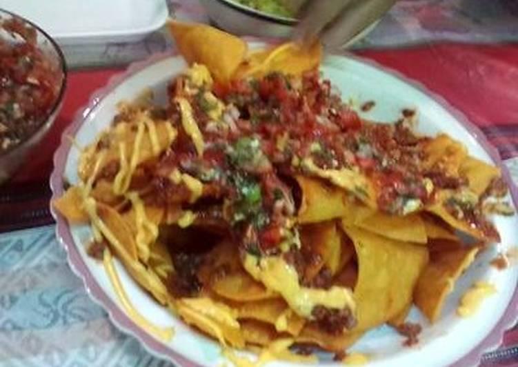 Nachos con queso y pico de gallo guacamole