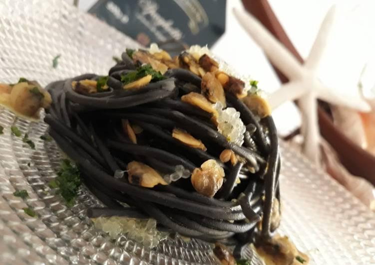 Spaghetti al nero di seppia con le vongole e finger lime