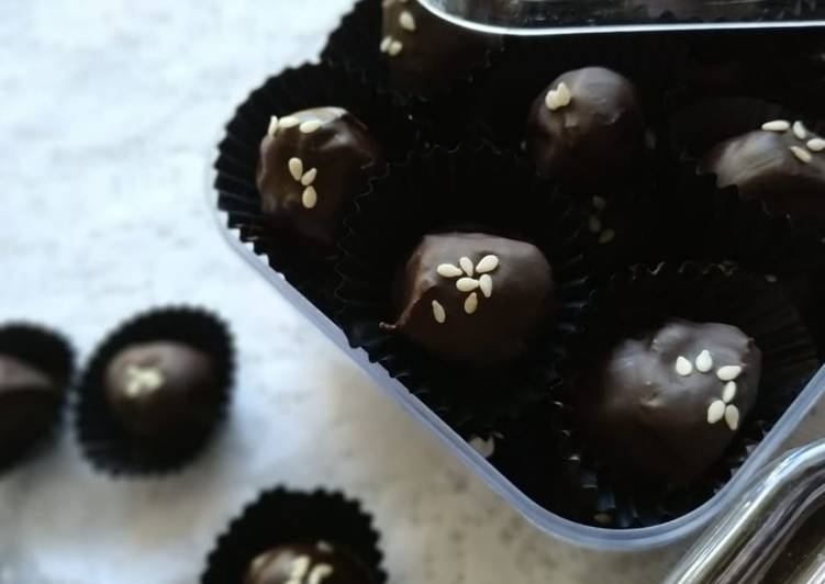 Kurma Coklat Isi Mete/Keju (half-chocodates)