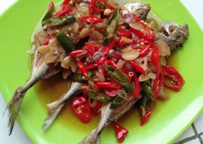 Bagaimana Menyiapkan Ikan Kembung Siram Bumbu Cabai Anti Gagal