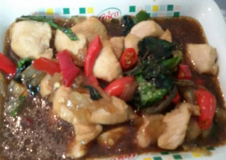 Tumis ayam spicy saus tiram with basil leaf by mommy's kitchen