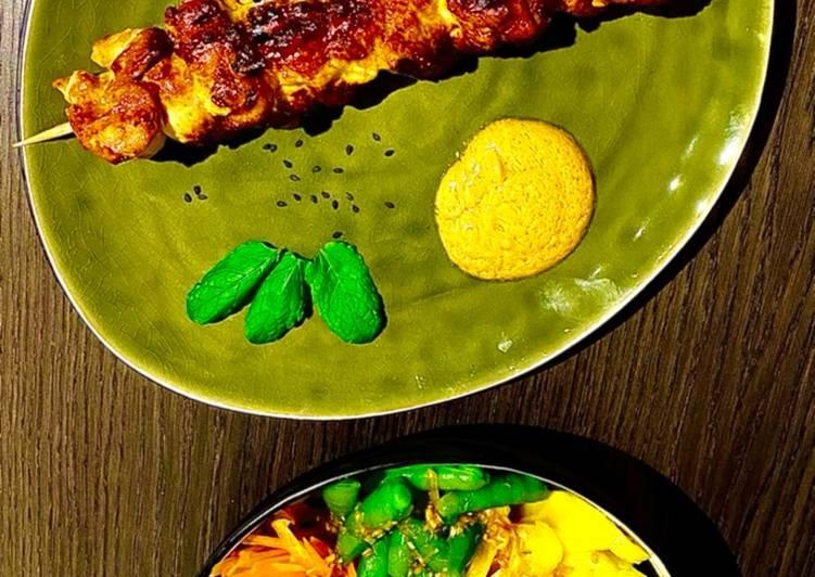 Asiatische Hühnerspieße mit Erdnusssoße und Salat mit Glasnudeln und Mango