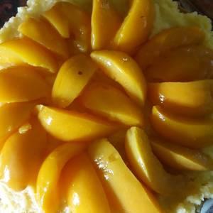 Tarta de crema pastelera con duraznos