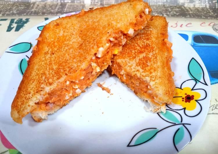 Sándwich de atún, huevo y tomate frito