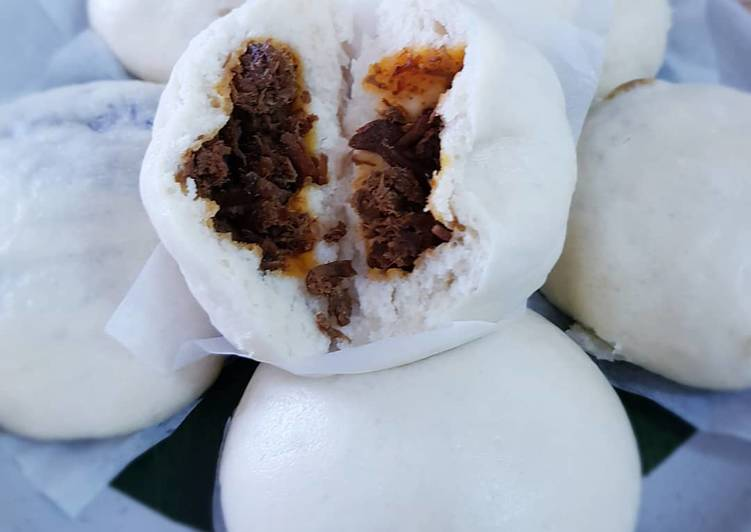 Bakpao Isi Rendang (Steamed Buns with Rendang filling)