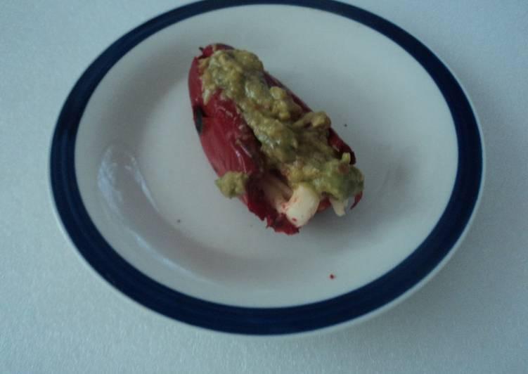 Chile jalapeño rojo asado con queso y guacamole pa la botana