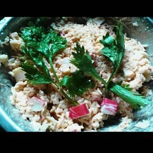 Ensalada de kanikama, arroz, apio, y palmitos