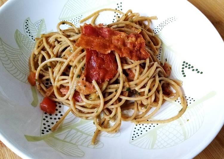 Spaghetti con pomodori, pesto e bacon
