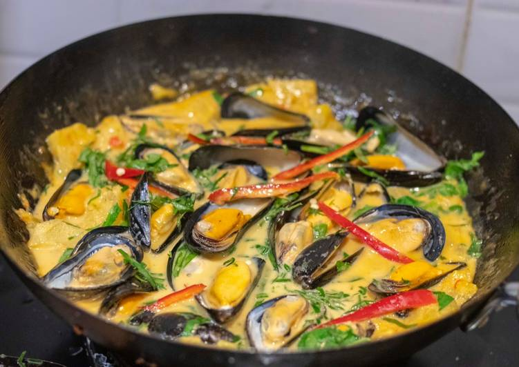 Easiest Way to Make Perfect Red curry mussels with pineapple and wild betel leaves. แกงคั่วหอยแมลงภู่กับใบชะพลู