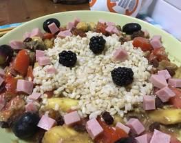 Ensalada de arroz con tomate, piña, aguacate y pavo