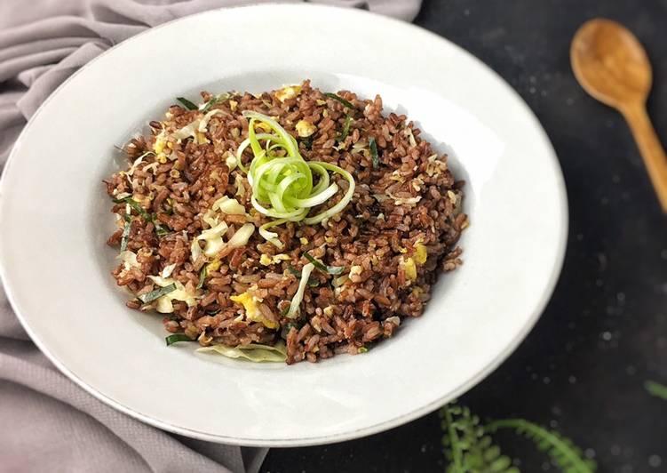 Nasi goreng daun jeruk beras merah