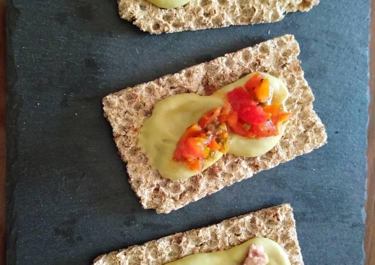 Crostini aperitivo o antipasto esotico con maionese di avocado