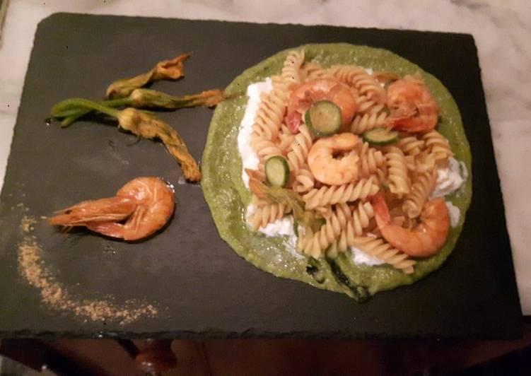 Ricetta Fusilli con mazzancolle su vellutata di zucchine e burrata