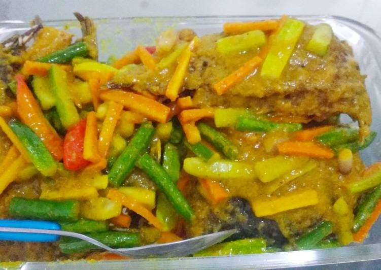 Ikan gurame masak acar bumbu kuning