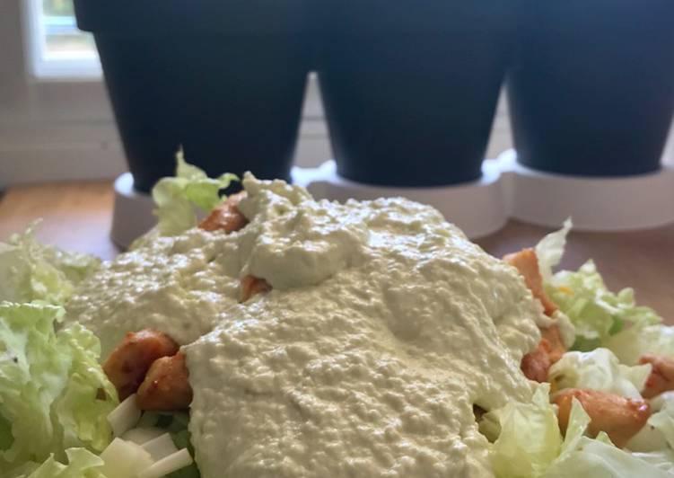 Ensalada de pollo con mayonesa de aguacate y limón