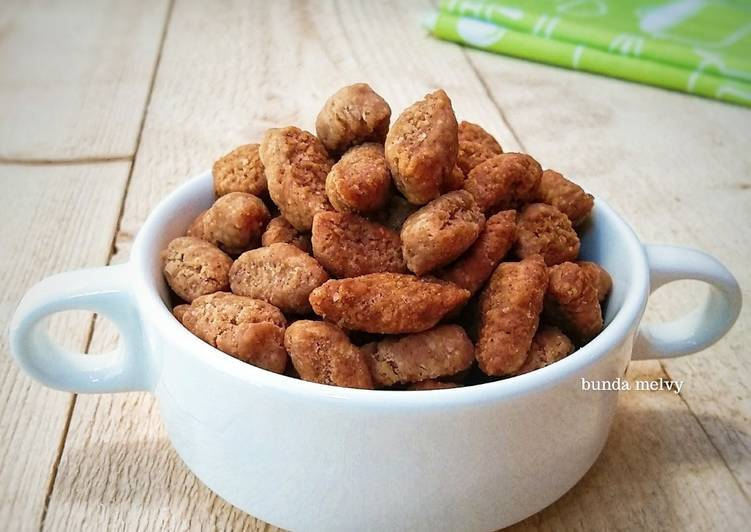 Biji Ketapang (dengan kelapa parut dan bubuk cinnamon)