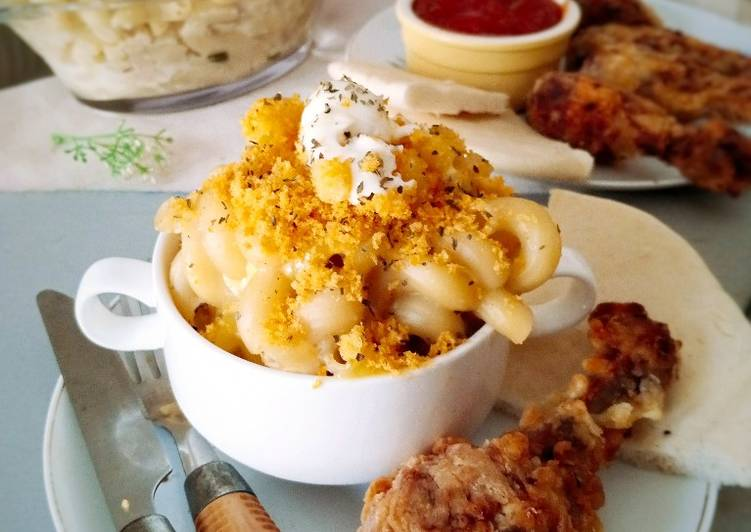 Mac and Cheese with Crispy Drumsticks