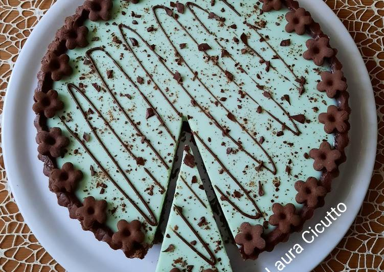 Crostata con frolla al cacao e panna cotta alla menta