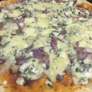 Pizza de cebolla morada y roquefort