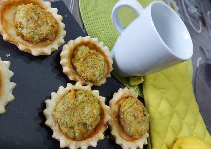 Polpette di merluzzo e verdure su un cestino di pasta sfoglia