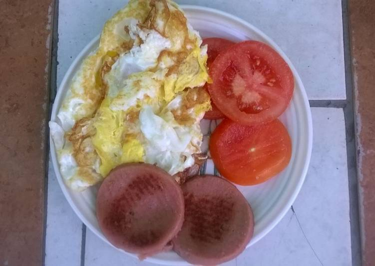 Fried eggs polony and tomato