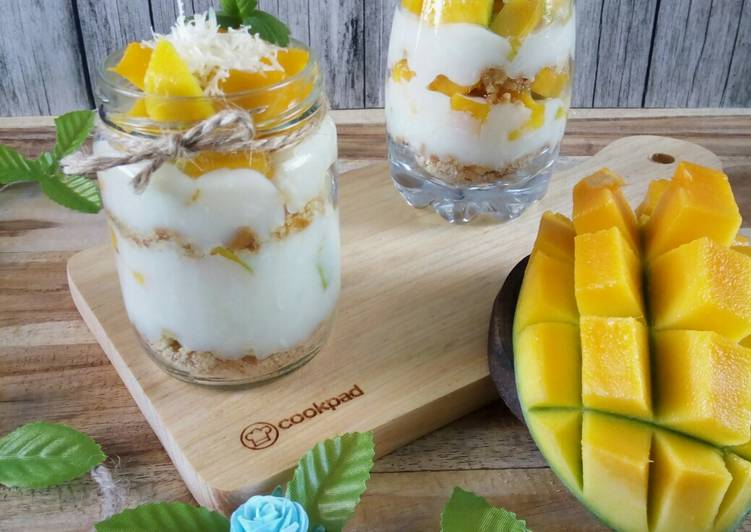 Biscuit & Mango Cheese Cake in Jar