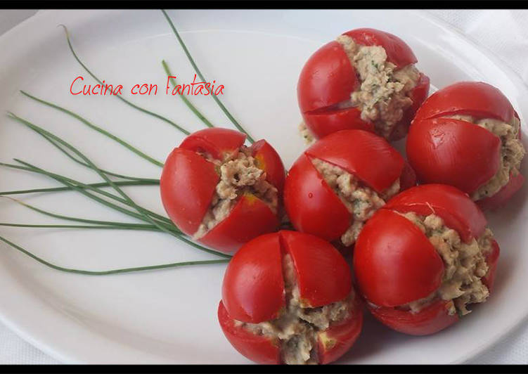 Fiori di pomodori con mousse di tonno